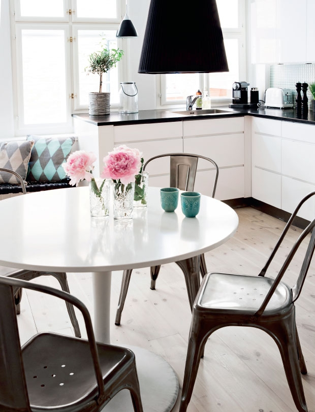 Black and White Apartment with a Touch of Pastels_6