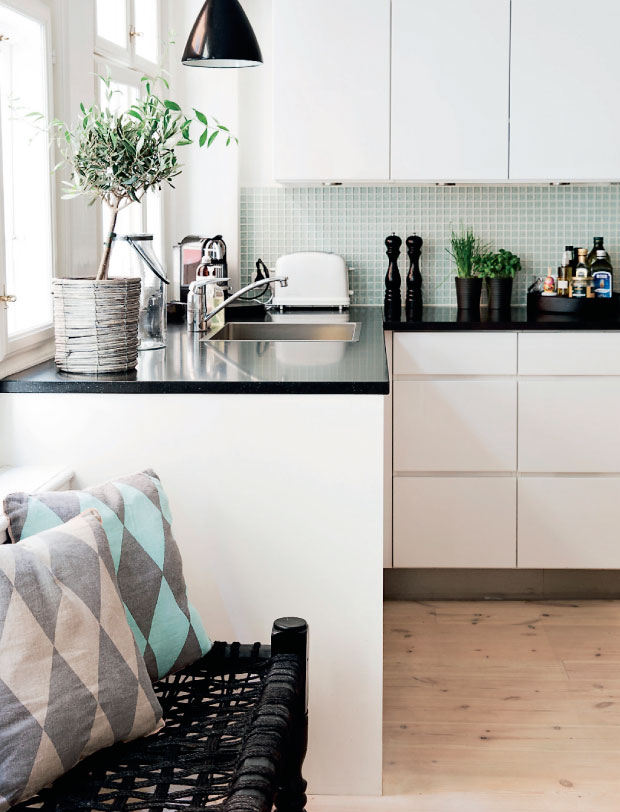 Black and White Apartment with a Touch of Pastels_7
