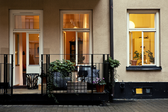 A warm and charming Swedish apartment_1