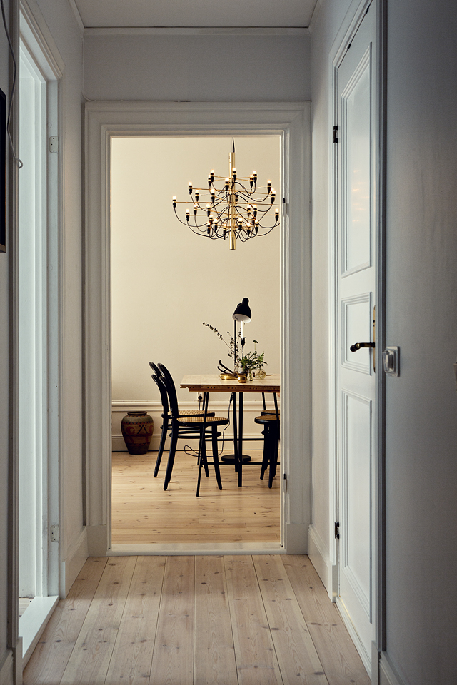 A warm and charming Swedish apartment_10