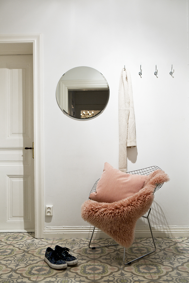 A warm and charming Swedish apartment_11