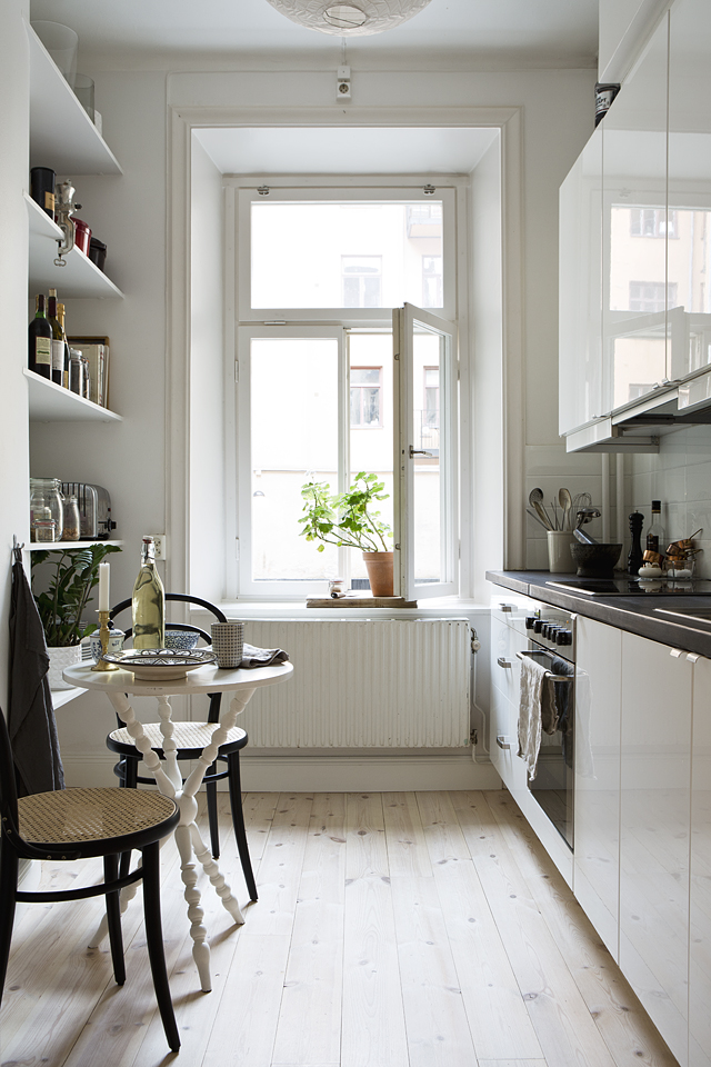 A warm and charming Swedish apartment_6