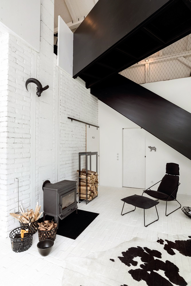 Remodelled Barn in Black and White_7