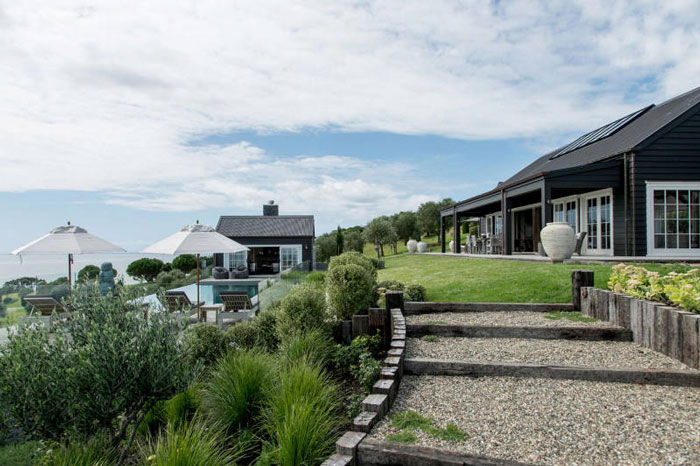 Backyard-to-Die-For-at-a-Modern-Barn-House-in-New-Zealand-01