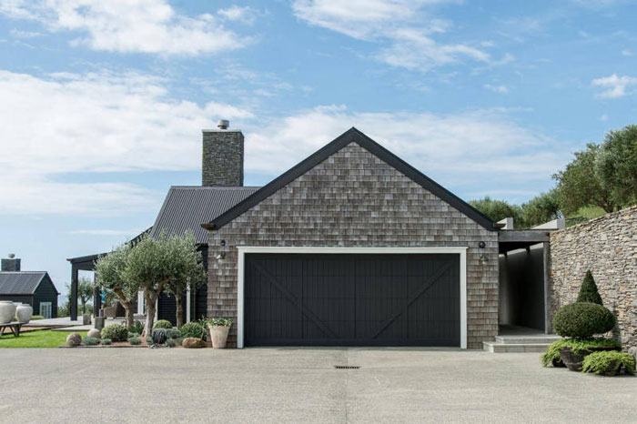 Backyard-to-Die-For-at-a-Modern-Barn-House-in-New-Zealand-07