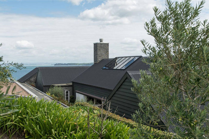 Backyard-to-Die-For-at-a-Modern-Barn-House-in-New-Zealand-08