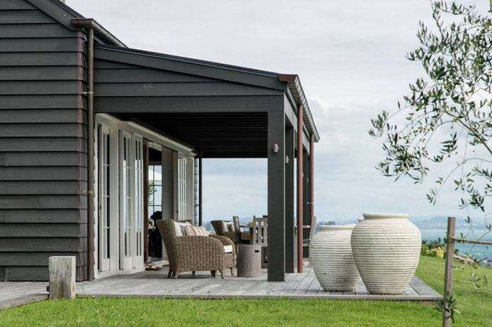 Backyard-to-Die-For-at-a-Modern-Barn-House-in-New-Zealand-09