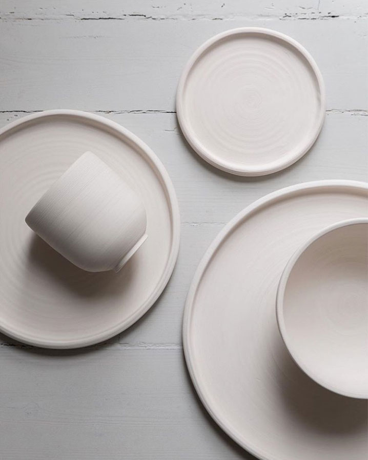 These beautiful plates bowls and cups add warmth and elegance to a modern dining room. & On my Wish List: Minimal Ceramic Tableware by Melo Studio - NordicDesign